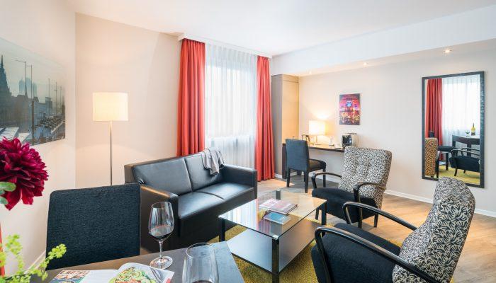 Bielefelder Hof großes Hotelzimmer Sitzecke