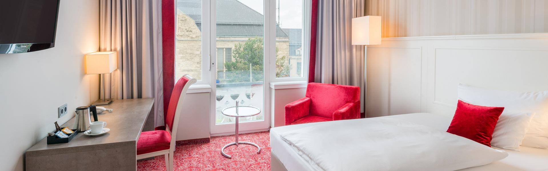 Bielefelder Hof Hotelzimmer mit Schreibtisch und Ausblick
