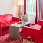 Rote Couch und Schreibtisch Bielefelder Hof